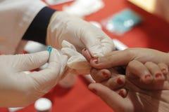 Blodprov för ett barn Arkivbilder