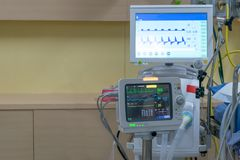 Blodtryck för maskin för EKG för patientkris liggande Arkivfoton