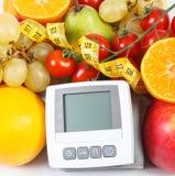 Blodtryckbildskärm, frukter med grönsaker och cm, sund livsstil Fotografering för Bildbyråer