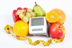 Blodtryckbildskärm, frukter med grönsaker och cm, sund livsstil Arkivfoton