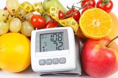Blodtryckbildskärm med resultat av mätningen, frukter med grönsaker och cm Royaltyfria Foton