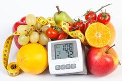 Blodtryckbildskärm med resultat av mätningen, frukter med grönsaker och cm Arkivbild
