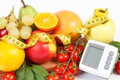 Blodtryckbildskärm, nya frukter med grönsaker och cm, sunt livsstilbegrepp Arkivbilder