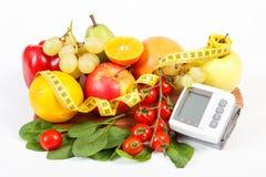 Blodtryckbildskärm, nya mogna frukter med grönsaker och cm, sunt livsstilbegrepp Royaltyfria Bilder