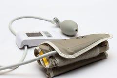 Blodtryckmätning med en tonometer Manschett för luft, päron för inflation som förbinder ducting mjuka gummirör arkivfoton