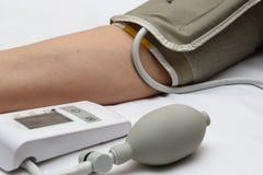 Blodtryckmätning med en tonometer Manschett för luft, päron för inflation som förbinder ducting mjuka gummirör royaltyfri bild