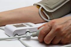 Blodtryckmätning med en tonometer Manschett för luft, päron för inflation som förbinder ducting mjuka gummirör fotografering för bildbyråer