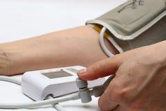 Blodtryckmätning med en tonometer Manschett för luft, päron för inflation som förbinder ducting mjuka gummirör arkivfoto