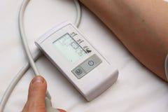 Blodtryckmätning med en tonometer Manschett för luft, päron för inflation som förbinder ducting mjuka gummirör royaltyfria foton