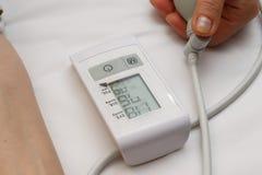 Blodtryckmätning med en tonometer Manschett för luft, päron för inflation som förbinder ducting mjuka gummirör royaltyfria bilder