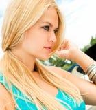 Blody Frau der attraktiven Schönheit auf Yacht Lizenzfreie Stockfotografie