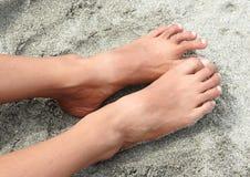 Bloße Füße auf Sand Lizenzfreie Stockfotos