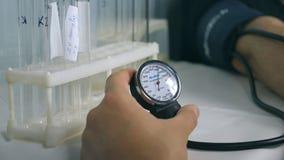 Bloeddrukcontrole aan een mens Impulsmeting Het meetinstrument van de druk stock footage