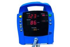 bloeddrukmonitor die een normale bloeddruk op whi tonen Stock Afbeelding