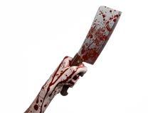 Bloedig Halloween-thema: bloedige hand die een groot bloedig keukenmes op een witte geïsoleerde achtergrond houden Royalty-vrije Stock Fotografie