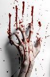 Bloedig Halloween-thema: de bloedige handdruk op een wit verlaat bloedige muur stock afbeeldingen