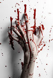 Bloedig Halloween-thema: de bloedige handdruk op een wit verlaat bloedige muur Stock Foto
