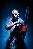 Bloedig Halloween-thema: gekke moordenaar als slager met elektrische zaag royalty-vrije stock foto