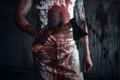 Bloedige clown-maniak met bijl stock foto