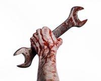 Bloedige hand die een grote moersleutel, bloedige moersleutel, groot zeer belangrijk, bloedig thema, Halloween-thema, gekke mecha Stock Fotografie