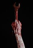 Bloedige hand die een grote moersleutel, bloedige moersleutel, groot zeer belangrijk, bloedig thema, Halloween-thema, gekke mecha Stock Foto's
