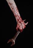 Bloedige hand die een grote moersleutel, bloedige moersleutel, groot zeer belangrijk, bloedig thema, Halloween-thema, gekke mecha Royalty-vrije Stock Foto