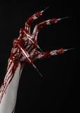 Bloedige hand met spuit op de vingers, tenen spuiten, handspuiten, afschuwelijke bloedige hand, Halloween-thema, zombie zwarte ar Royalty-vrije Stock Foto's