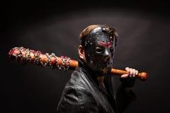 Bloedige maniak in masker en zwarte leerlaag stock fotografie