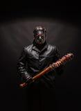 Bloedige maniak in masker en zwarte leerlaag royalty-vrije stock foto's