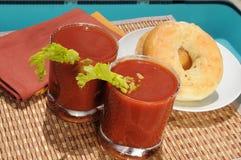 Bloedige Marys en ongezuurde broodjes door de pool Stock Foto