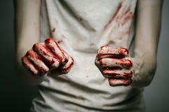 Bloedige thema eenzame moordenaar: de moordenaar toont bloedige handen en het ervaren van depressie en pijn Royalty-vrije Stock Afbeelding