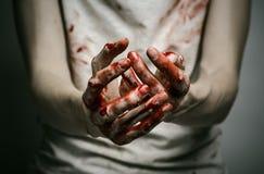 Bloedige thema eenzame moordenaar: de moordenaar toont bloedige handen en het ervaren van depressie en pijn Royalty-vrije Stock Fotografie