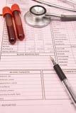 Bloedonderzoekbuis en stethoscoop met pen Royalty-vrije Stock Fotografie