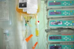 Bloedplasmazak die aan de patiënt op de achtergrond og me druipen stock foto's