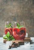 Bloedsinaasappel en de Sangria van de aardbeizomer in glazen, exemplaarruimte Royalty-vrije Stock Foto