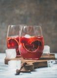 Bloedsinaasappel en de Sangria van de aardbeizomer in glazen met ijs Royalty-vrije Stock Afbeeldingen