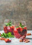Bloedsinaasappel en de Sangria van de aardbeizomer met munt en ijs Stock Foto's
