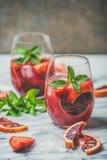Bloedsinaasappel en de Sangria van de aardbeizomer op marmeren lijst Stock Foto's