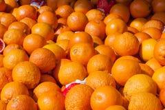 Bloedsinaasappelen op markttribune als achtergrond Stock Afbeeldingen