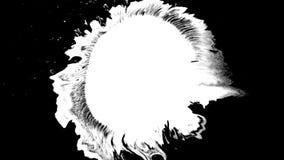 Bloeiinkt Mooie witte de dalingenovergang van de waterverfinkt op zwarte achtergrond, stock videobeelden