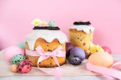 Bloeit de traditionele cake van Pasen met chocoladenest, de decoratiebloesem van kwartelseieren, de kleurrijke lente stillife in  Stock Fotografie