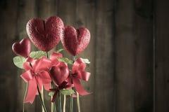 Bloem in de vorm van hart van schuim borad op bruin hout wordt gemaakt dat Royalty-vrije Stock Foto's