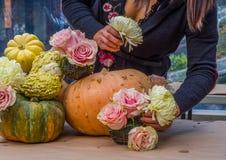 Bloem die met rozen, pompoenen en pompoenen schikken Royalty-vrije Stock Foto