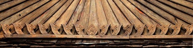 Bloem die op hout wordt gesneden Stock Foto