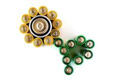 Bloem die van batterijen op de witte achtergrond wordt gemaakt Stock Afbeeldingen