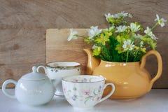Bloem in een gele thee po Royalty-vrije Stock Afbeelding