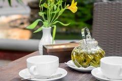 Bloem en hete thee met suiker Transparant brouw glas op de lijst Ontspan concept Royalty-vrije Stock Afbeeldingen
