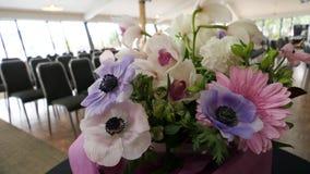 Bloem en kaars voor een begrafenis wordt gebruikt die stock foto