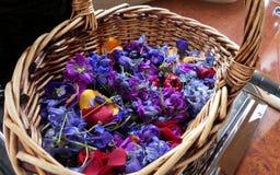 Bloem en kaars voor een begrafenis wordt gebruikt die stock fotografie