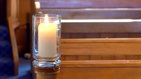 Bloem en kaars voor een begrafenis wordt gebruikt die stock footage